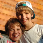 brothers-534489_1920